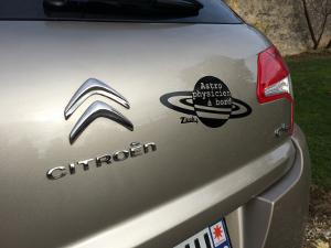 Les geek apprécient ce sticker astrophysicien à bord de ATOMIstickers zlook.