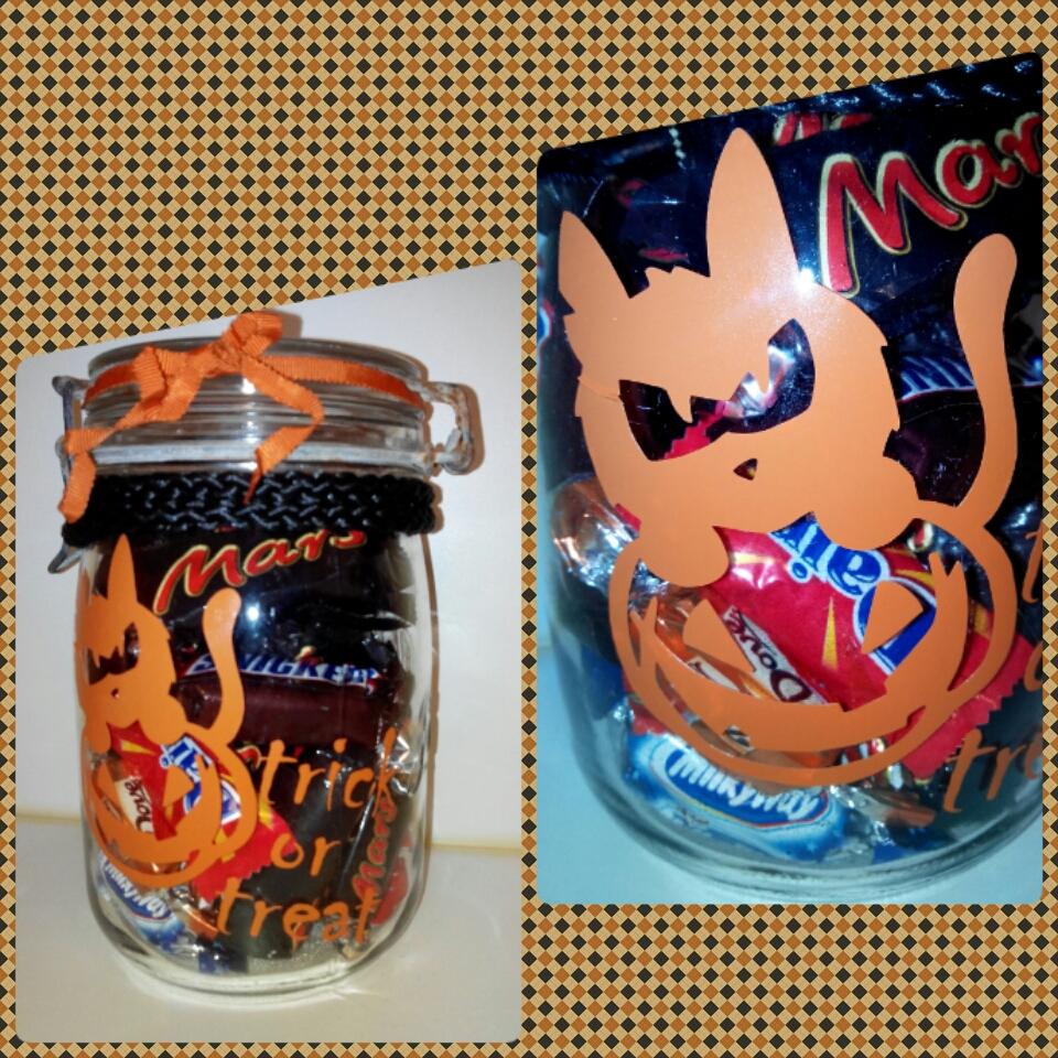 La boîte à bonbons Halloween est décorée avec les autocollants Zlook (sticker chat citrouille + lettrage adhésif).