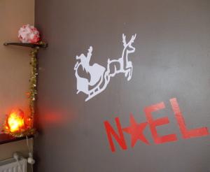 Les stickers Noël permettent de faire une jolie présentation de vitrine de magasin : contactez zlook pour plus de détails.