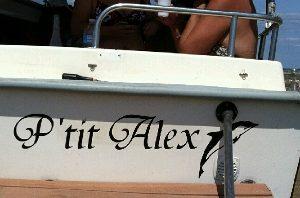Sticker pour immatriculer un bateau avec des adhésifs résistants à l'eau de mer (zlook bateau).