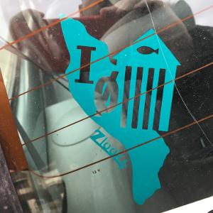 Cette voiture présente un autocollant département zlook plage adhésifs voitures par atomistickers.