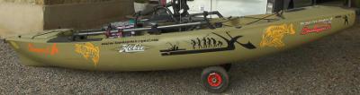 Les stickers brochet et sandre d'ATOMIstickers sont posés sur un kayak sticker poisson de rivière.
