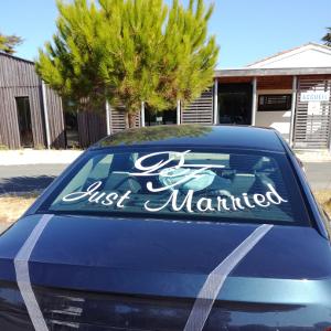 Personnalisation de stickers adhésifs pourvoiture des mariés ATOMIstickers mariage heureux