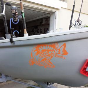 Ce bateau de pêche contient un autocollant brochet attaque : zlook pêche du carnassier brochet